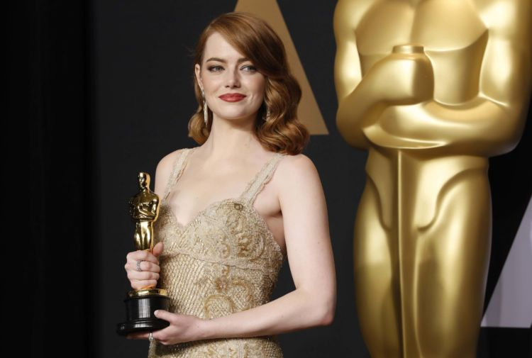 """89th Academy Awards - Oscars Backstage - Hollywood, California, U.S. - 26/02/17 - Emma Stone poses with her Oscar for Best Actress for her role in """"La La Land"""". REUTERS/Lucas Jackson"""