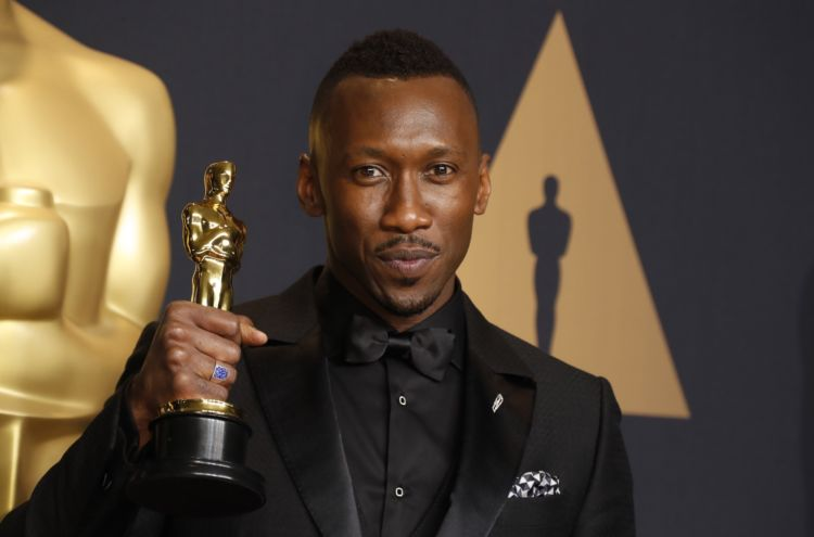 epa05817880 Mahershala Ali, winner of the award for Actor in a Supporting Role for 'Moonlight,' poses in the press room during during the 89th annual Academy Awards ceremony at the Dolby Theatre in Hollywood, California, USA, 26 February 2017. The Oscars are presented for outstanding individual or collective efforts in 24 categories in filmmaking. EPA/PAUL BUCK